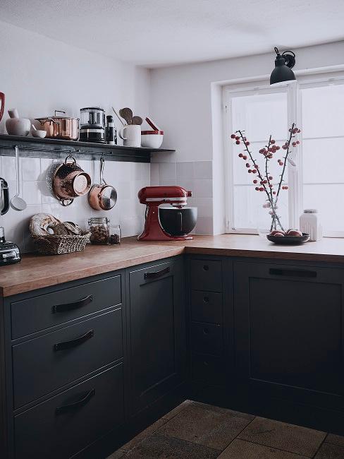 Skandinavische Küche in schwarz-weiß mit Küchenmöbeln und -utensilien