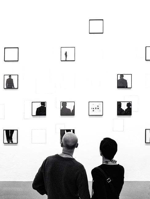 Zwei Personen von hinten in einem Museum, eine Bilder-Collage betrachtend