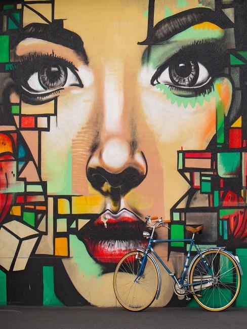 Ein buntes Graffiti mit Frauen-Gesicht an einer Hauswand als Zeichnen Inspiration
