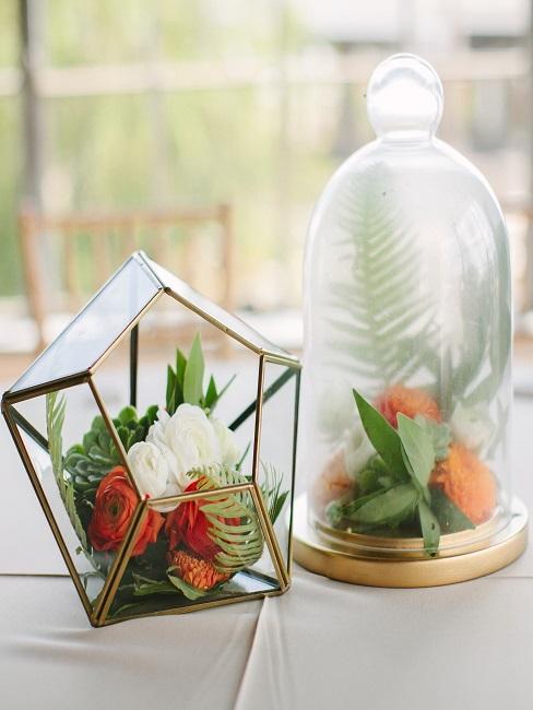 Blumen im Glas in zwei verschiedenen Varianten als sommerliche Deko