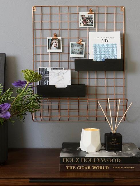 Vision Board an einer Gitter Pinnwand im Wohnraum.