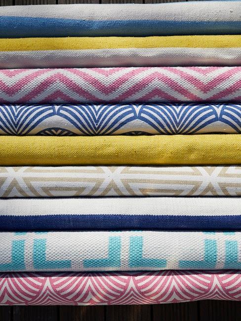 Viele bunte Stoffe, teilweise mit Muster, als Boho-Teppich Inspiration