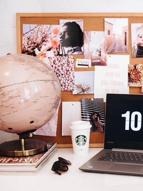 Pinnwand selber machen aus Kork mit Fotos neben Globus und PC