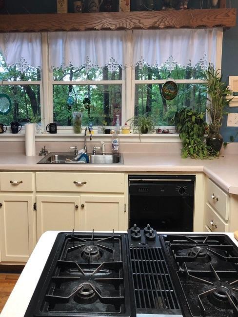 Küche im Landhausstil mit nostalgischen Vintage-Gardinen
