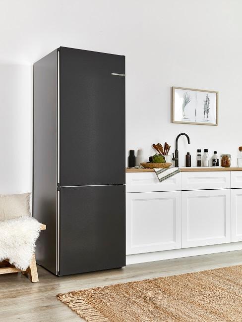 Küche im modernen Landhausstil in Weiß mit Holz und Schwarz in der Kombi