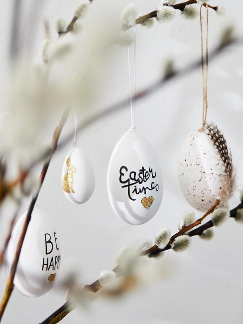 Nahaufnahme von Ostereiern hängend in Zweigen