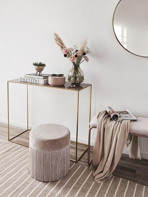 Designer Flur mit dünner Konsole mit Deko, rosa Pouf und Bank