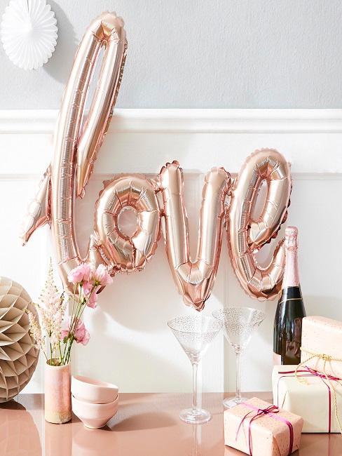 Valentinstag Deko mit love Luftballon
