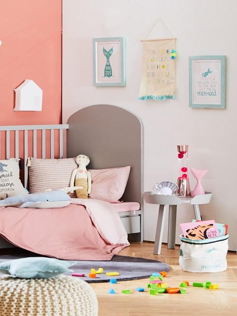 Wandbilder in buntem Kinderzimmer mit Bett und Beistelltisch