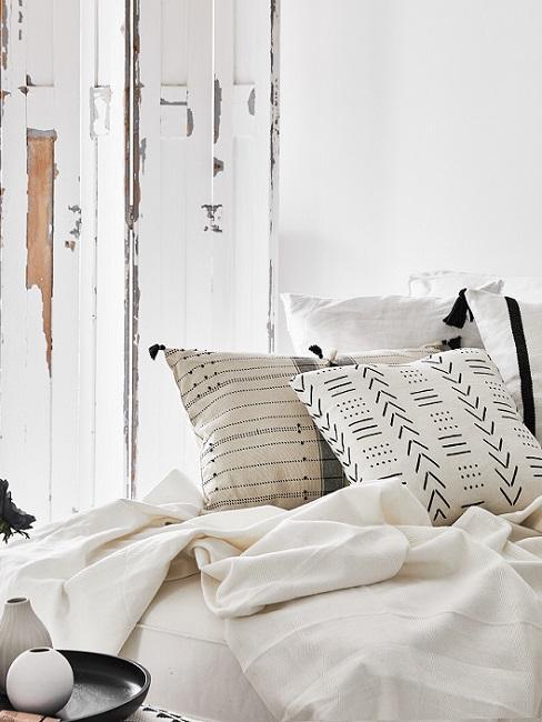 Boho Style Kissen in weiß mit Mustern auf Bett