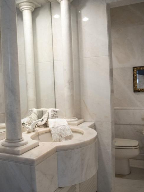 Wandgestaltung im Badezimmer aus Marmor