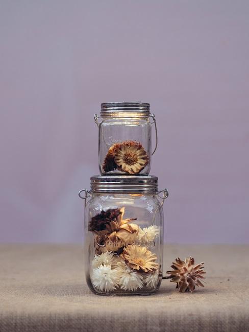Frühlingsdeko im Glas mit Trockenblumen.
