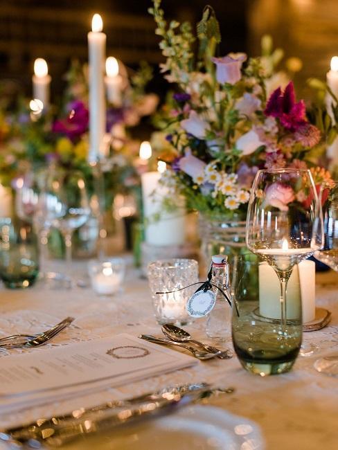 Tischdeko Hochzeit bunt grün Blumen Kerzen