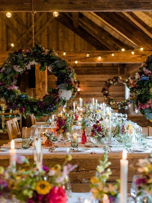 Tischdeko Hochzeit Hängedeko Kränze rustikal Blumen