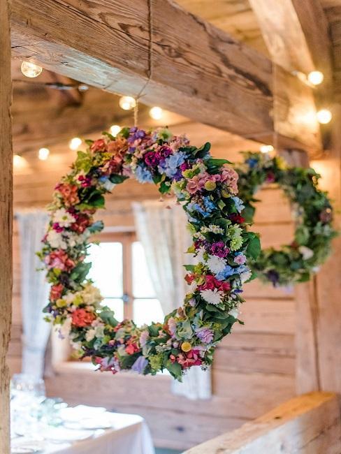Tischdeko Hochzeit rustikal Holz Kränze Blumen