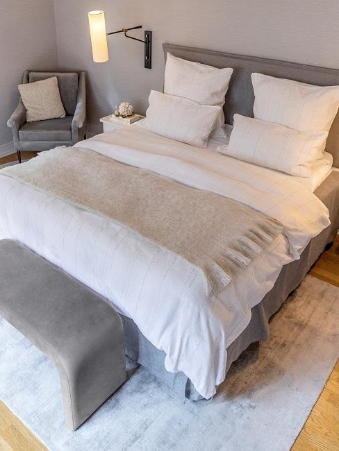 Schlafzimmer mit grauem Bett aus Samt