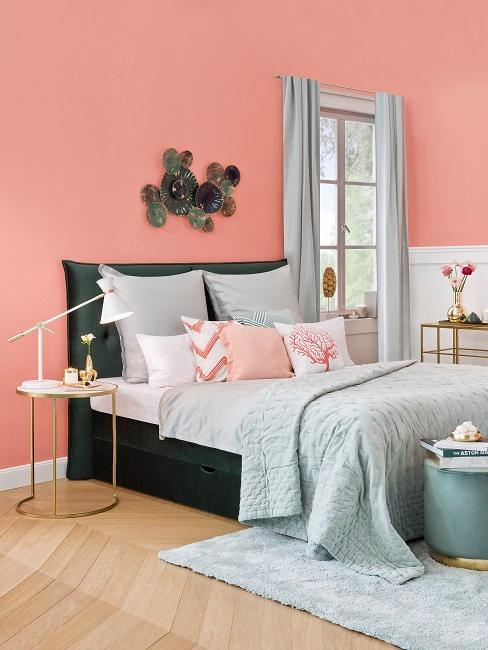 Schlafzimmer mit grauer Bettwäsche
