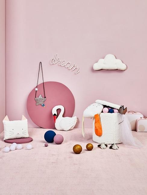 Wandfarbe Rosa mit rosa Teppich, Deko und Spielzeug