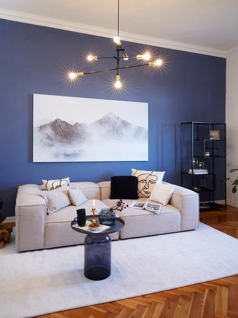 Dunkle Wandfarbe Blau in Wohnzimmer mit weißem Sofa und Teppich und schwarzem Tisch