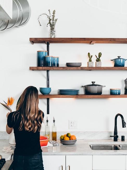 Frau in Küche