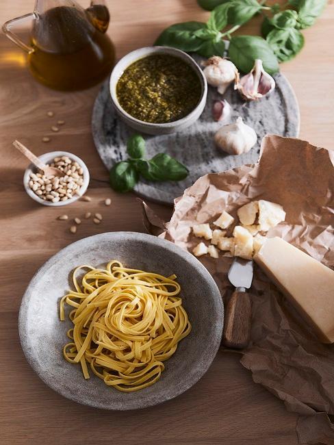 Teller mit Spaghetti auf Tisch