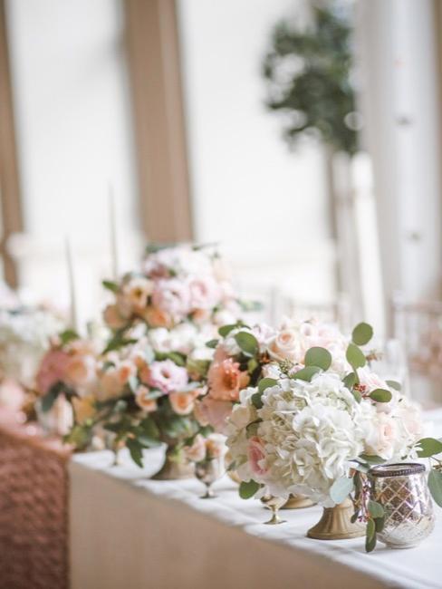 Mesa de boda con flores rosas y blancas