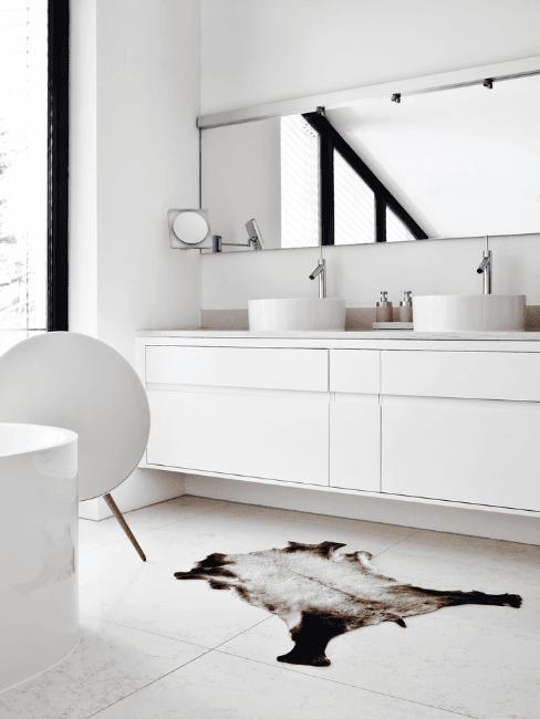 Salle de bains moderne en blanc avec grande fenêtre