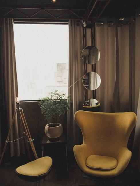 poltrona gialla con tende coprenti beige