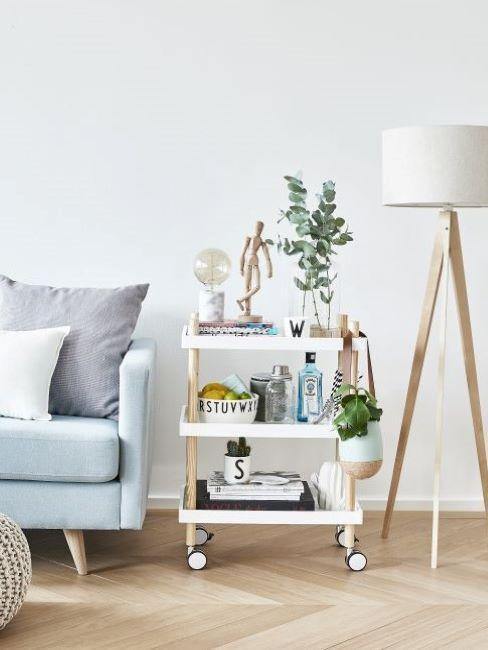 soggiorno con divano azzurro, consolle bianca e lampada da terra