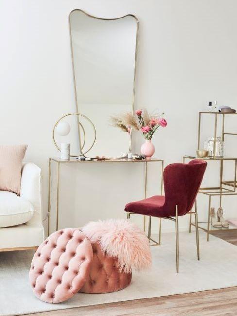pouf contenitore rosa antico vicino a consolle con specchio