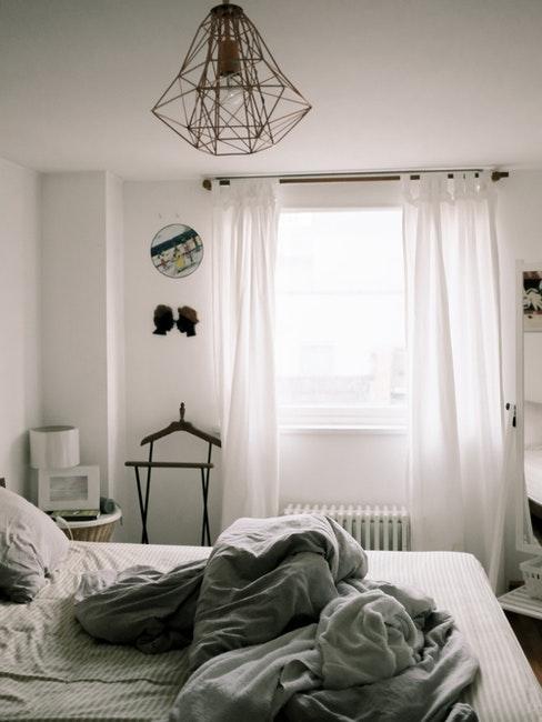 camera da letto con tende bianche