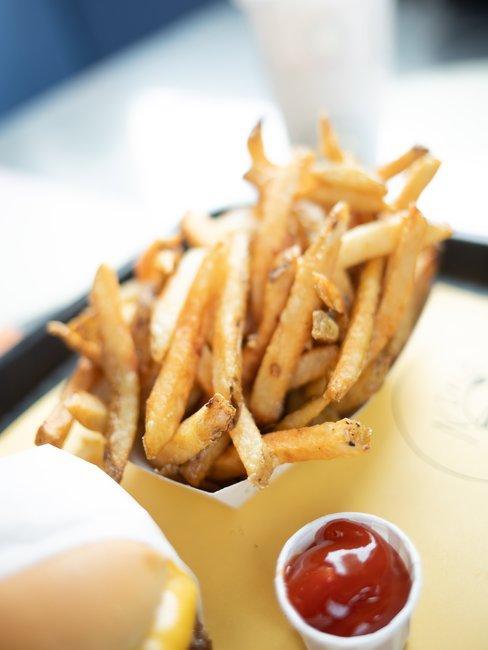 Frieten met ketchup