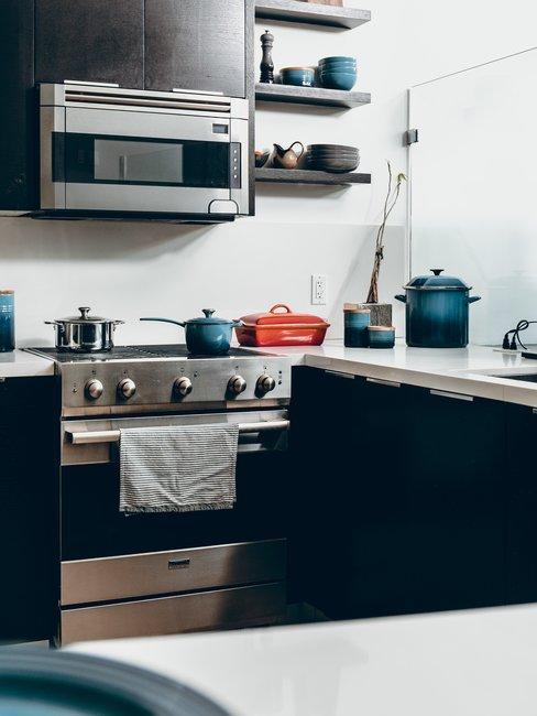 Magnetron met oven in zwarte keuken