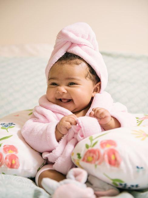baby in badjas met blij gezicht