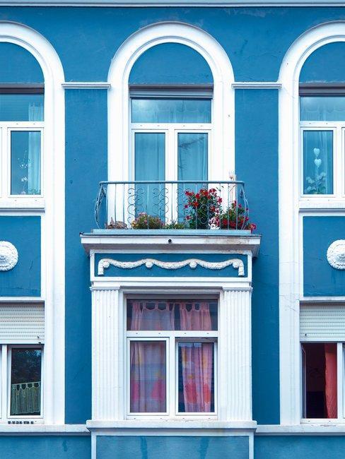 Blauwe gevel met frans balkon en witte details