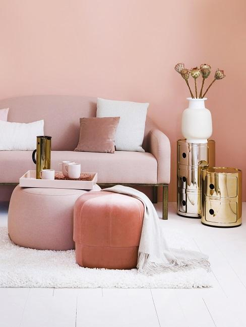 Oud roze muur bank en poef