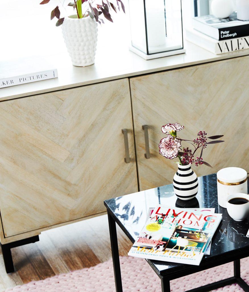 Komoda we wzory geometryczne w salonie ze stolikiem kawowym z dekoracjami