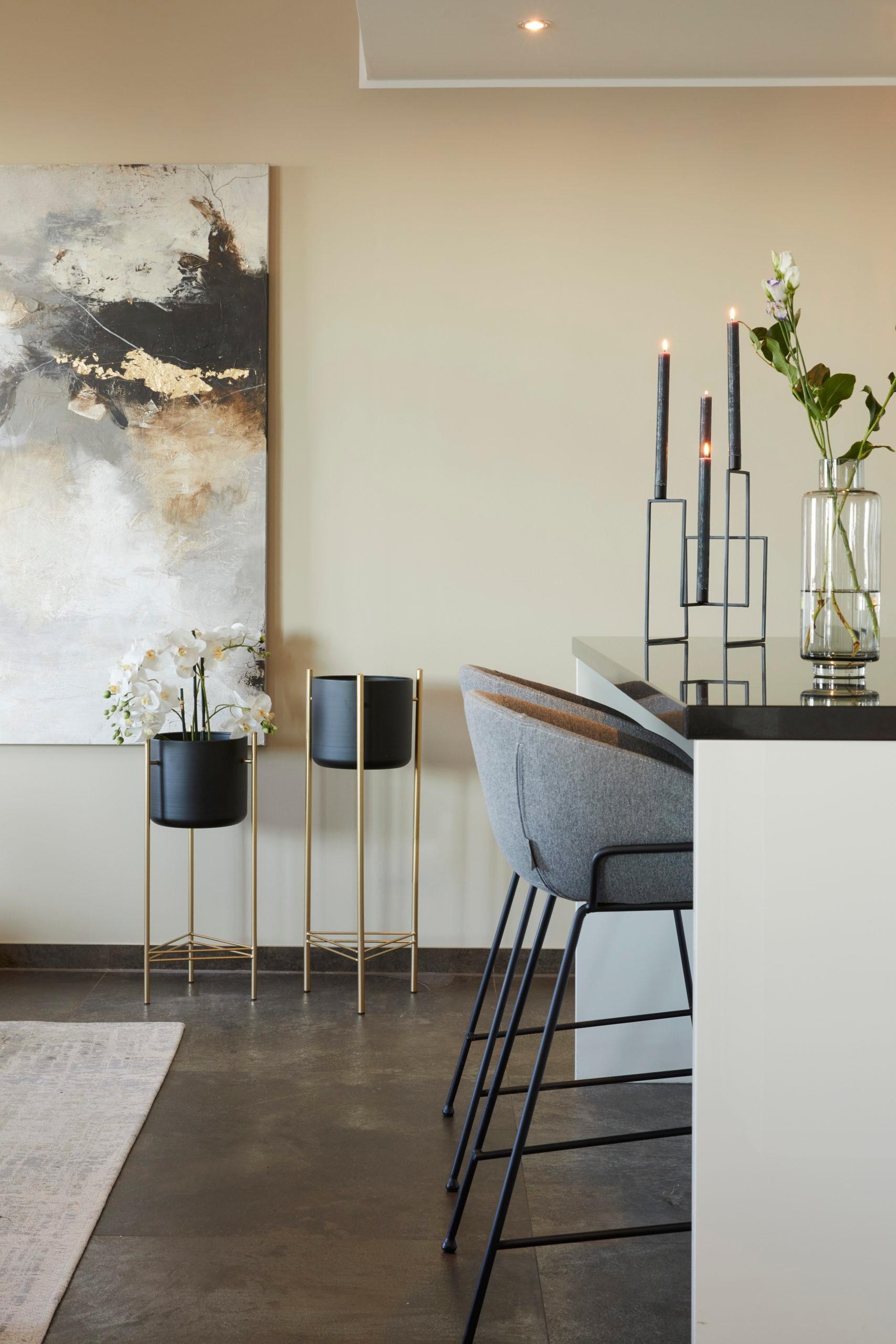 Jadalnia w kolorze szampańskim z szarymi krzesłami