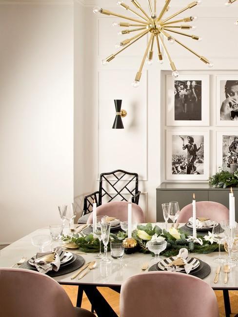 Stół w jadalni, który jest udekorowany na Święta Bożego Narodzenia