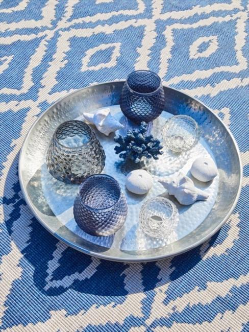 Coperta con motivo batik in bianco blu, su di essa un vassoio