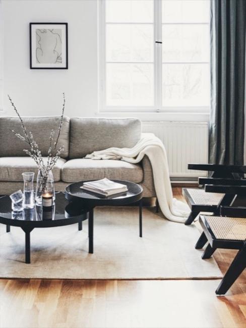Divano grigio con coperta e tappeto bianchi