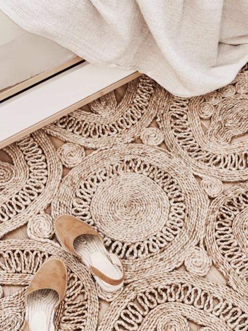 alfombra de color beige al estilo indio