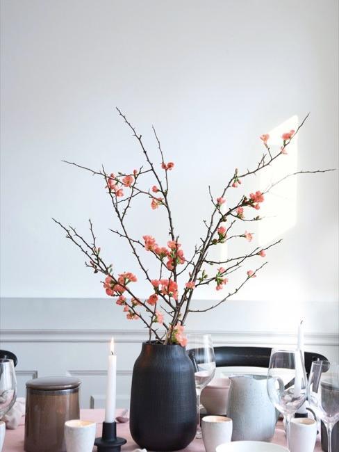 Close-up eethoek met lente decoratie
