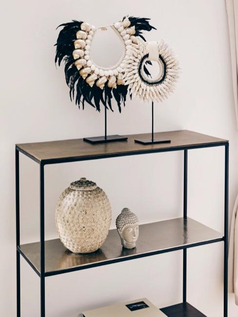 Estantería con Buda decorativo y elementos asiáticos