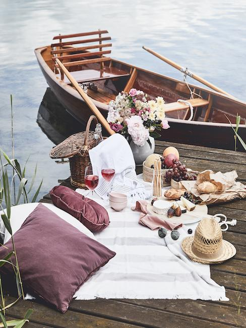 Picknick deken op een stijger aan het meer