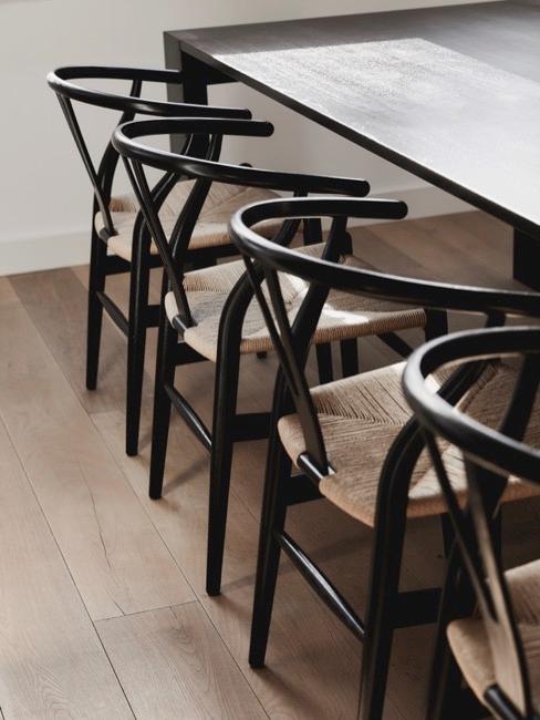 Nahaufnahme Esszimmerstühle Wishbone an Esstisch in schwarz