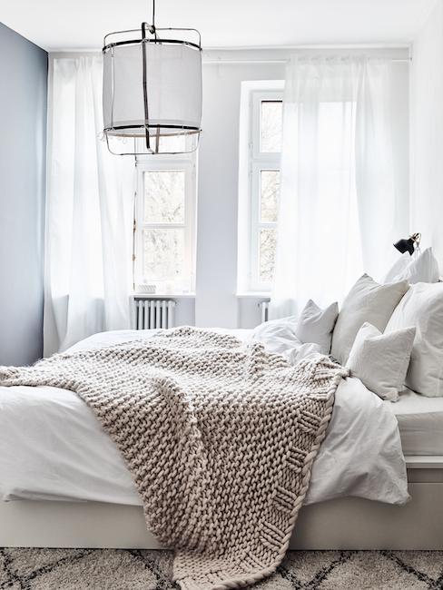Jasna sypialnia z białymi firankami