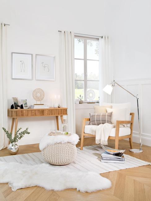 Salon z drewnianymi elementami i białymi zasłonami.