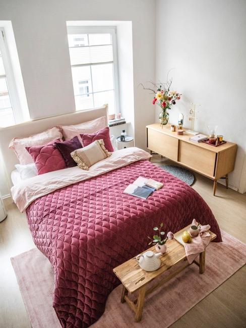 Slaapkamerbankje in een roze slaapkamer