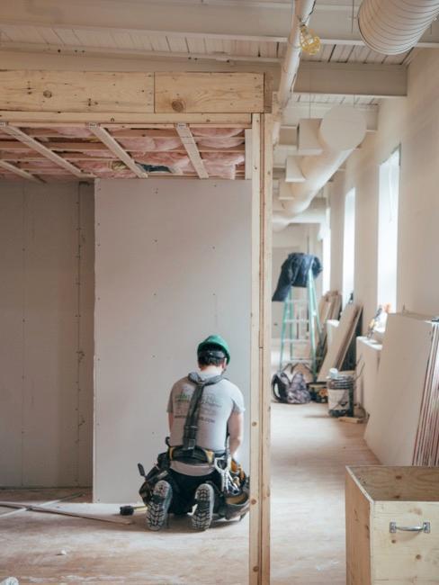 Specjalista w kasku remontujący mieszkanie.
